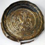 Safata en la que Sant Jordi a cavall blandeix la seua espasa sobre el drac (qualunque 1400)