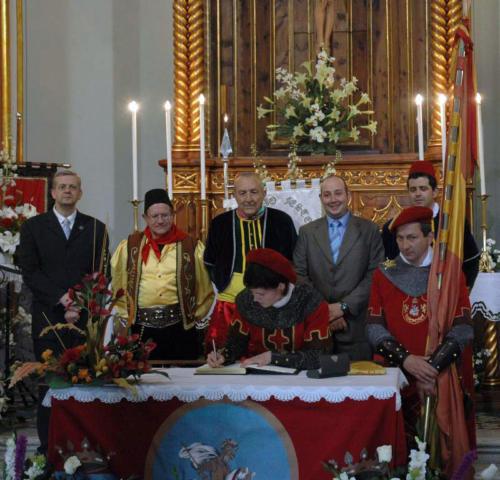 2011-05-02, Signatura al llibre d'or del Sant Crist i alçada de capitans